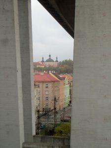 Pohled mezi pilíři Nuselského mostu